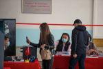 Избиратели на участке №1327 в Бишкеке в ходе голосования на выборах седьмого созыва ЖК