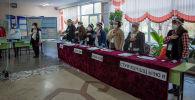Наблюдатели в избирательном участке. Архивное фото