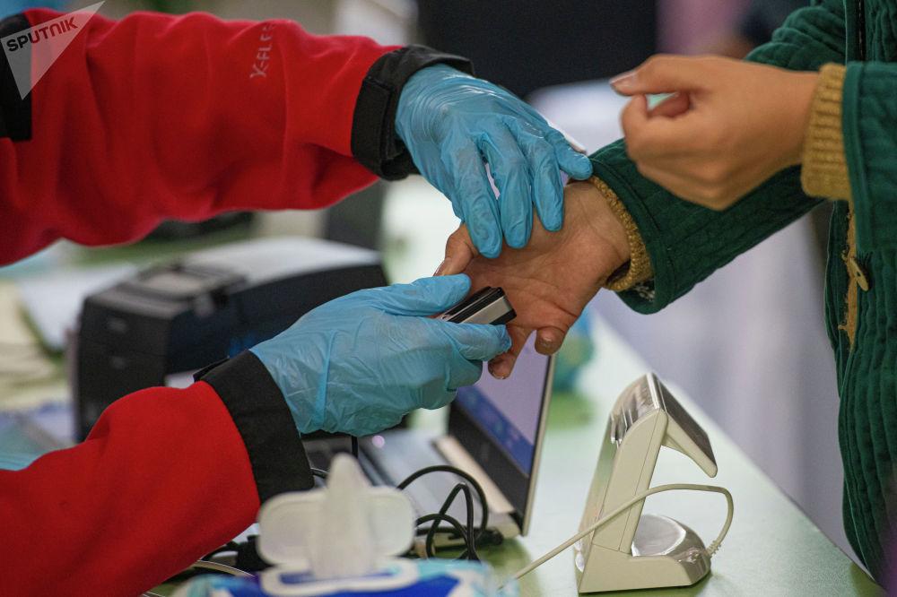 Добуш берүүнүн алдында ар бир шайлоочу паспортун көрсөтүп, биометрикалык идентификациядан өтөт