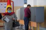 Мужчина голосует на избирательном участке в Бишкеке в ходе голосования на выборах седьмого созыва ЖК