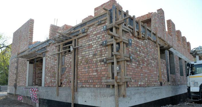 Ход строительства нового здания дополнительного учебного корпуса Национальной школы-лицея инновационных технологий №5 им. А. Молдокулова в Бишкеке