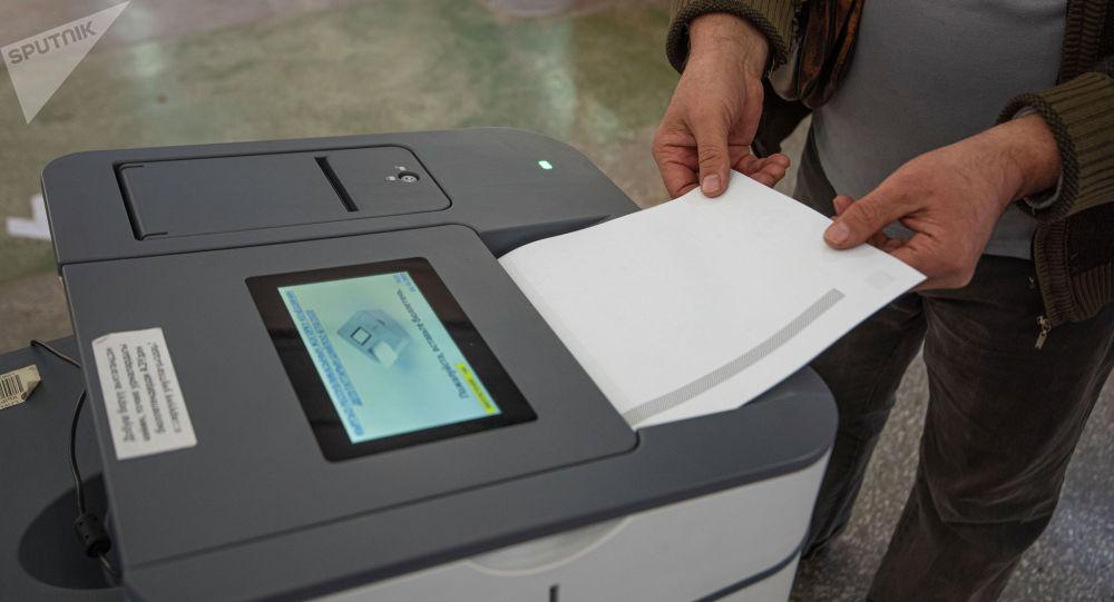 Избиратель в Бишкеке в ходе голосования на парламентских выборах. Архивное фото