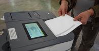 Избиратель голосует на выборах седьмого созыва ЖК