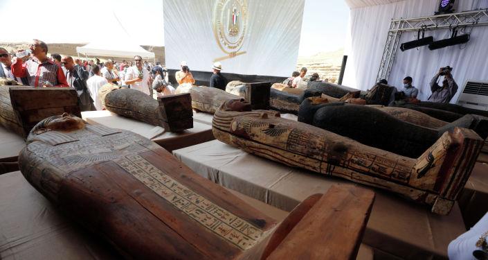 Саркофаги, которым около 2500 лет, видны внутри недавно обнаруженного захоронения недалеко от египетского некрополя Саккара в Гизе, Египет, 3 октября 2020 г.