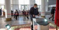 Мужчина голосует на избирательном участке №1327 в Бишкеке в ходе голосования на выборах седьмого созыва ЖК