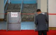 Избиратель голосует на участке в Бишкеке. Архивное фото