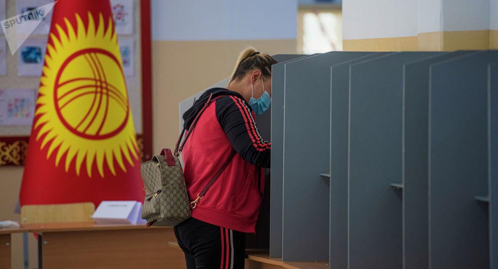 Девушку голосует на на выборах седьмого созыва ЖК. Архивное фото