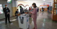 Девушка на избирательном участке на выборах. Архивное фото