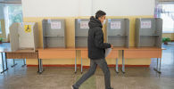 Парень в избирательном участке во время выборов. Архивное фото