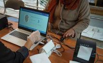 Женщина голосует на избирательном участке в ходе выборов. Архивное фото