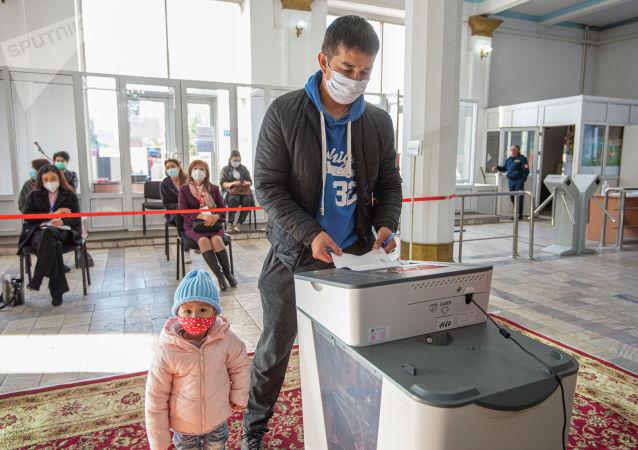 Мужчина голосует на избирательном участке в здании КРСУ в ходе голосования на выборах седьмого созыва ЖК