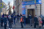 Кыргызстандын Москвадагы элчилигинин алдында добуш берүүгө кезекте турган адамдар