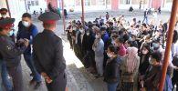 В день выборов депутатов Жогорку Кенеша на многих избирательных участках скапливались очереди. Многие бишкекчане ждали от 5 до 40 минут, чтобы проголосовать.