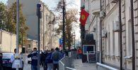 Граждане Кыргызстана стоят в очереди у здания посольства КР в Москве в ходе голосования на выборах седьмого созыва ЖК