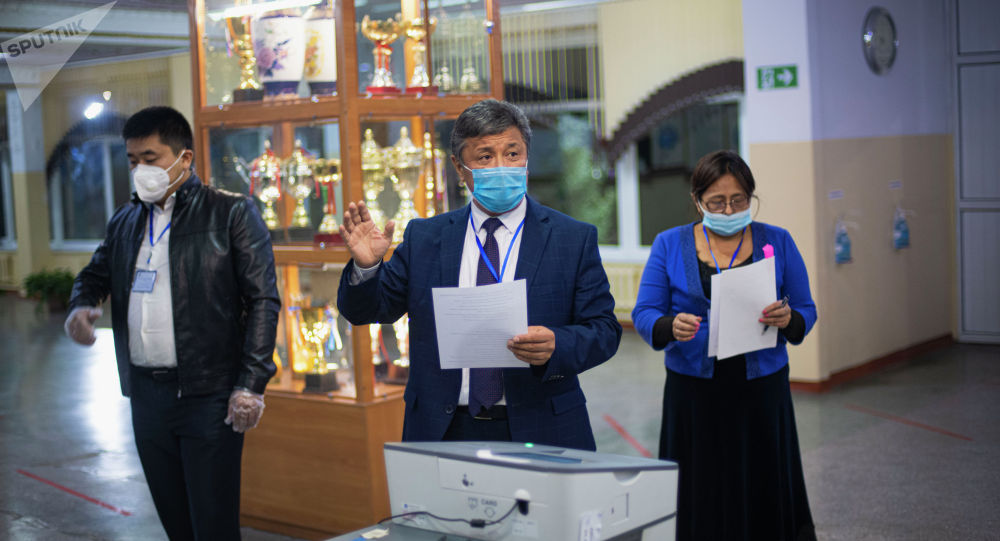 Подсчет результатов голосования на избирательном участке в Бишкеке после завершения выборов седьмого созыва ЖК