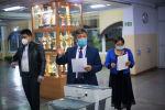 Подсчет результатов голосования на избирательном участке №1327 в Бишкеке после завершения выборов седьмого созыва ЖК