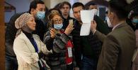 Подсчет результатов голосования на избирательном участке в Бишкеке