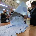 Согласно предварительным итогам, семипроцентный порог преодолели четыре партии из 16: Биримдик, Мекеним Кыргызстан, Кыргызстан и Бутун Кыргызстан.  На фото: подсчет голосов после завершения выборов в ЖК.