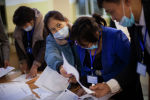 Сотрудники избирательной комиссии во время работы. Архивное фото