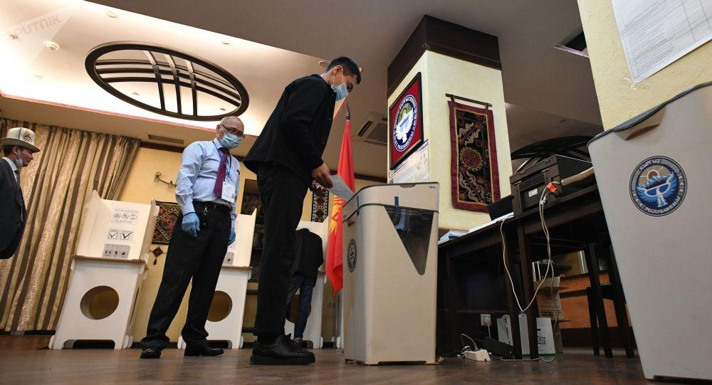 Мужчина голосует во время выборов. Архивное фото
