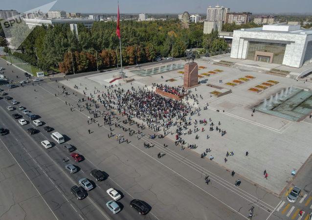 Вид на митинг граждан и представителей партий, которые недовольны результатами выборов в Жогорку Кенеш на площади Ала-Тоо в Бишкеке