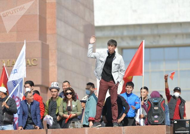 Член партии Реформа Эрулан Кокулов выступает на митинге граждан и представителей партий, которые недовольны результатами выборов в Жогорку Кенеш на площади Ала-Тоо в Бишкеке