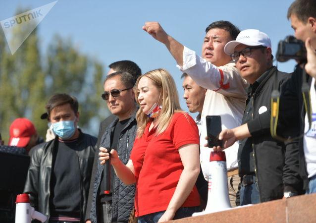 Советник бывшего главы КР Кундуз Жолдубаева выступает на митинге граждан и представителей партий, которые недовольны результатами выборов в Жогорку Кенеш на площади Ала-Тоо в Бишкеке