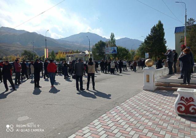 Митинг на центральной площади Нарына недовольных результатами парламентских выборов