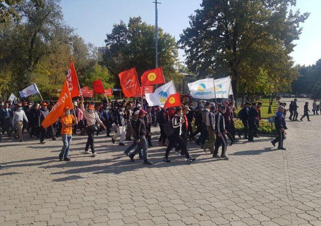 Митинг недовольных результатами парламентских выборов возле театра оперы и балета в Бишкеке