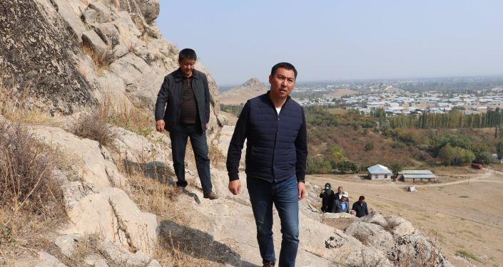 Министр культуры, информации и туризма Кыргызстана Азамат Жаманкулов посетил археологический памятник Суроттуу-Таш в селе Кызыл-Кыштак Кара-Сууйского района Ошской области