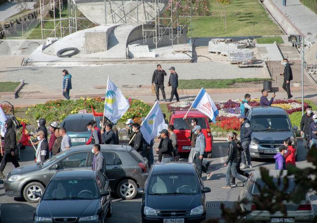 Сторонники партий Республика и Замандаш на митинге граждан и представителей партий, которые недовольны результатами выборов в Жогорку Кенеш на площади Ала-Тоо в Бишкеке