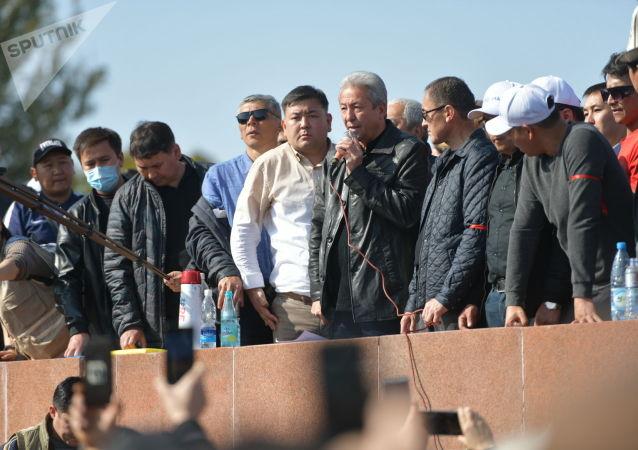 Лидер партии Бутун Кыргызстан Адахан Мадумаров выступает на митинге граждан и представителей партий, которые недовольны результатами выборов в Жогорку Кенеш на площади Ала-Тоо в Бишкеке