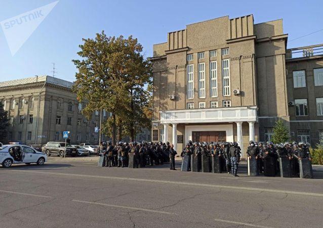 Сотрудники правоохранительных органов на старой площади в Бишкеке, во время митинга против результатов выборов в Жогорку Кенеш
