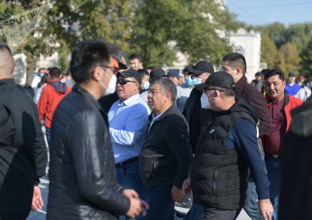 Лидер партии Бир Бол Алмамбет Шыкмаматов  на митинге граждан и представителей партий, которые недовольны результатами выборов в Жогорку Кенеш на площади Ала-Тоо в Бишкеке