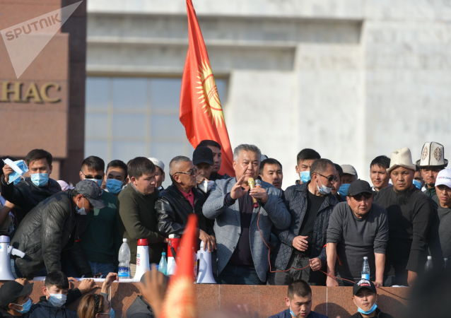 Бывший глава Джалал-Абадской области Бектур Асанов выступает на митинге граждан и представителей партий, которые недовольны результатами выборов в Жогорку Кенеш на площади Ала-Тоо в Бишкеке