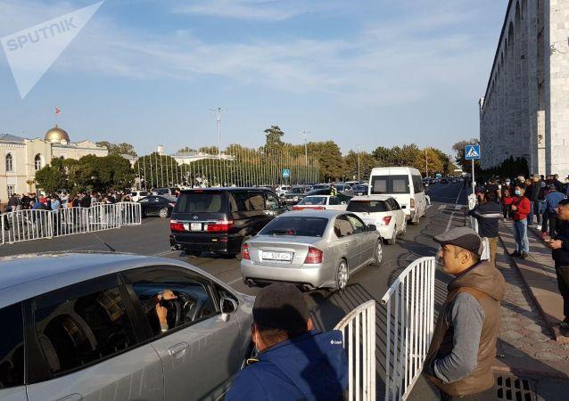 По проспекту Чуй образовалась пробка в связи с митингом на площади Ала-Тоо. На месте работает регулировщик
