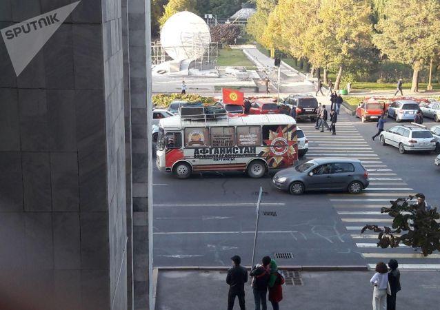 Автобус политической партии Афганцев на проспекте Чуй во время митингов граждан и представителей партий, недовольных результатами выборов в Жогорку Кенеш на площади Ала-Тоо в Бишкеке