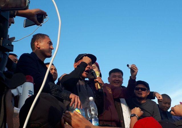 Спортсмен Канат Кельдибеков на митинге граждан и представителей партий, недовольных результатами выборов в Жогорку Кенеш на площади Ала-Тоо в Бишкеке