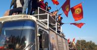 Автобус политической партии Афганцев на митинге граждан и представителей партий, недовольных результатами выборов в Жогорку Кенеш на площади Ала-Тоо в Бишкеке