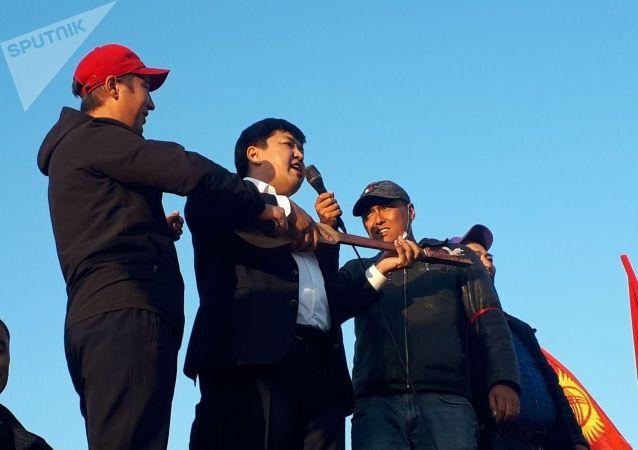 Акын Азамат Болгонбаев на митинге граждан и представителей партий, недовольных результатами выборов в Жогорку Кенеш на площади Ала-Тоо в Бишкеке