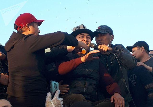 Манасчы Доолот Сыдыков на митинге граждан и представителей партий, недовольных результатами выборов в Жогорку Кенеш на площади Ала-Тоо в Бишкеке