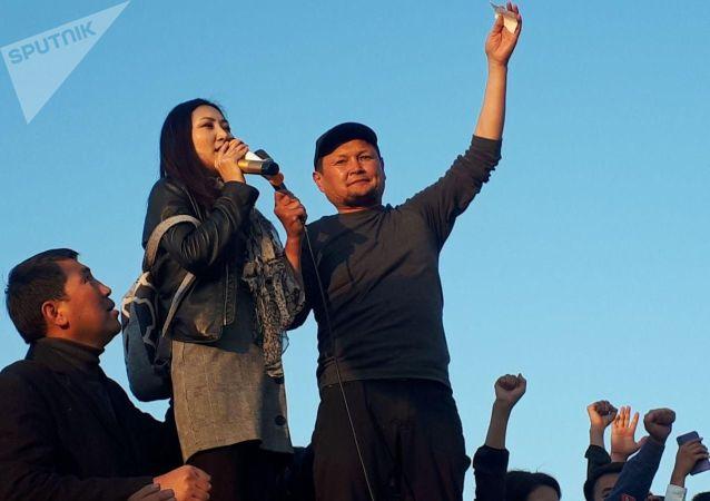 Актриса Назира Айтбекова на митинге граждан и представителей партий, недовольных результатами выборов в Жогорку Кенеш на площади Ала-Тоо в Бишкеке