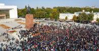 В центре Бишкека проходит митинг представителей партий и других граждан, недовольных результатами парламентских выборов. Кадры с акции протеста смотрите в видео Sputnik Кыргызстан.