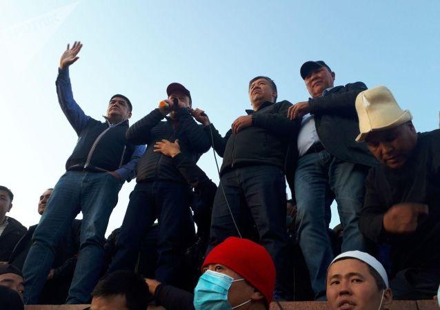 Митинг граждан и представителей партий, недовольных результатами выборов в Жогорку Кенеш на площади Ала-Тоо в Бишкеке