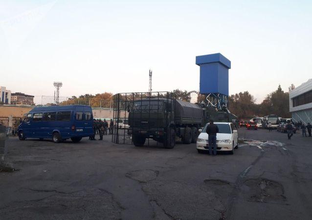 Спецтехника возле дворца спорта им. Д. Омурзакова во время митинга граждан и представителей партий, недовольных результатами выборов в Жогорку Кенеша