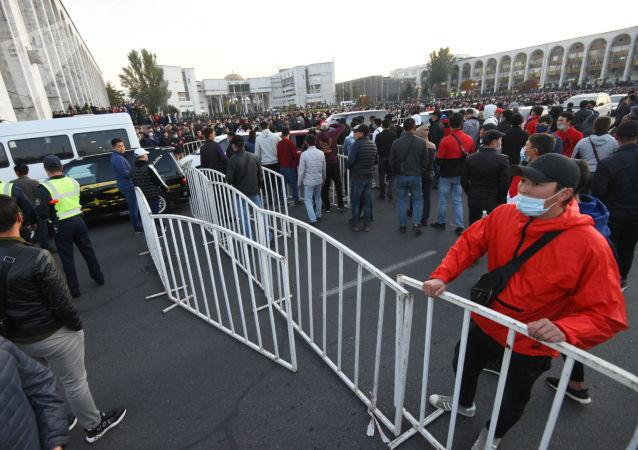 Попытка блокировать улицу Чуй митингующими гражданами, недовольными результатами выборов в Жогорку Кенеш на площади Ала-Тоо в Бишкеке