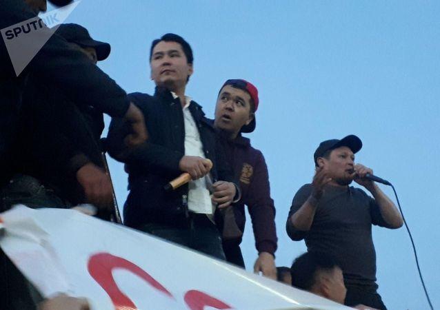 Певец Мирбек Атабеков на митинге граждан и представителей партий, недовольных результатами выборов в Жогорку Кенеш на площади Ала-Тоо в Бишкеке