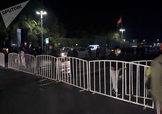 Митингующие перекрыли проспект Чуй во время митинга граждан и представителей партий, недовольных результатами выборов в Жогорку Кенеш на площади Ала-Тоо в Бишкеке
