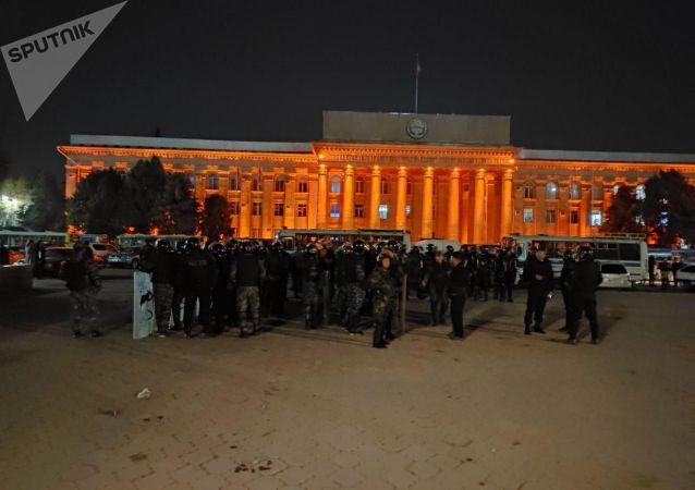 Сотрудники правоохранительных органов во время митинга граждан и представителей партий, недовольных результатами выборов в Жогорку Кенеш на площади Ала-Тоо в Бишкеке