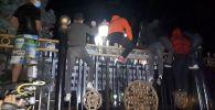 Ала-Тоо аянтындагы митингчилердин бир бөлүгү Ак үйдүн алдына барып, тосмосуна чыга баштады